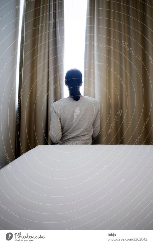 Frau am Fenster Mensch Jugendliche Junge Frau weiß Einsamkeit 18-30 Jahre Erwachsene Traurigkeit Gefühle braun Stimmung Häusliches Leben Raum Rücken