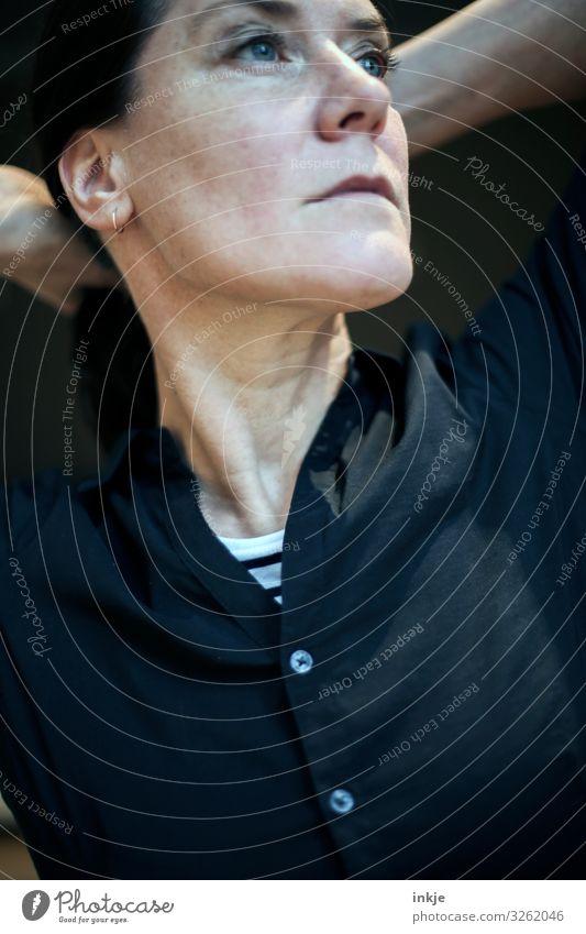 Stolz und Vorurteil Lifestyle Stil Frau Erwachsene Leben Gesicht 1 Mensch 30-45 Jahre 45-60 Jahre Bluse Blick authentisch dunkel Gefühle Stimmung selbstbewußt