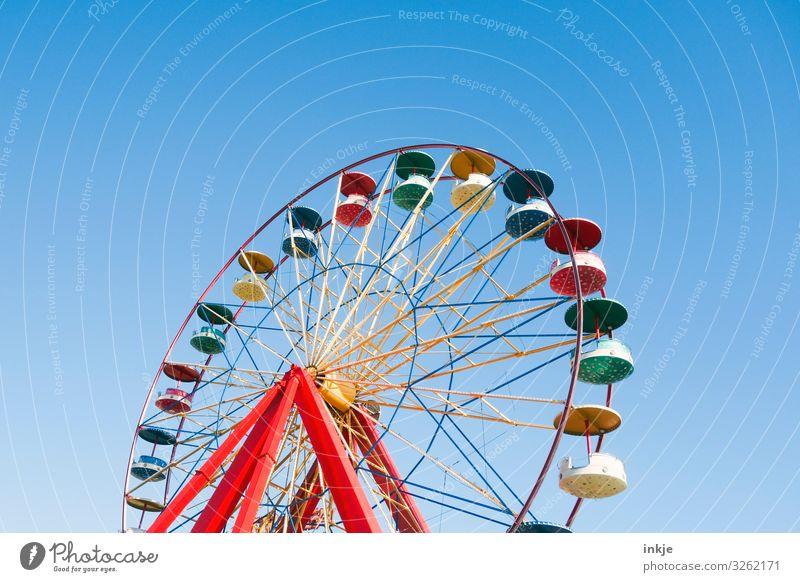 mado in bunt Freude Entertainment Party Veranstaltung Oktoberfest Jahrmarkt Wolkenloser Himmel Sommer Schönes Wetter Riesenrad groß blau mehrfarbig