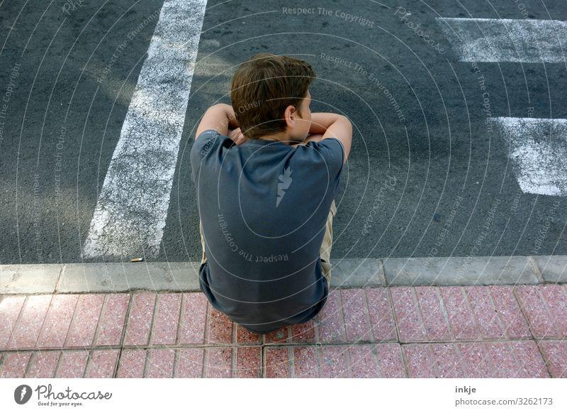 Warten Kind Mensch Jugendliche Junger Mann Straße Lifestyle Leben maskulin Verkehr 13-18 Jahre Kindheit sitzen Rücken authentisch warten