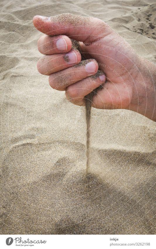 Handvoll Sand Strand braun Schönes Wetter berühren weich festhalten trocken beige fein rieseln Haptik