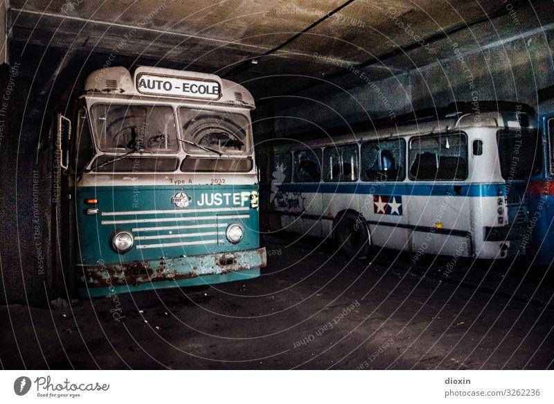 Busbahnhof alt Stadt Verkehr retro Abenteuer authentisch trashig Personenverkehr Tunnel Verkehrsmittel Oldtimer Straßenverkehr Reisebus