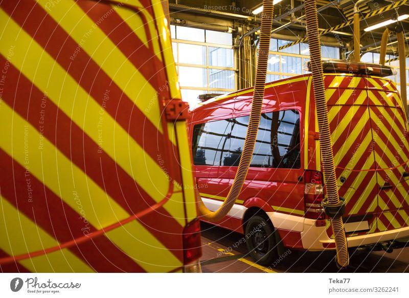 #Feuerwehr 3 Arbeit & Erwerbstätigkeit Beruf Verkehr Verkehrsmittel Verkehrswege Fahrzeug Lastwagen Feuerwehrauto gelb Farbfoto Innenaufnahme