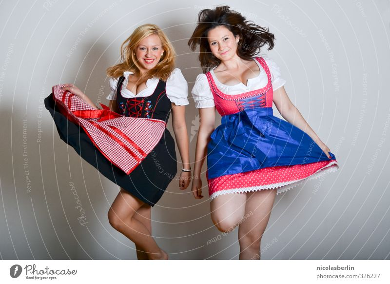 Ready to Oktoberfest Freude schön Freizeit & Hobby feminin Junge Frau Jugendliche Freundschaft 2 Mensch 18-30 Jahre Erwachsene Tanzen Bekleidung brünett blond
