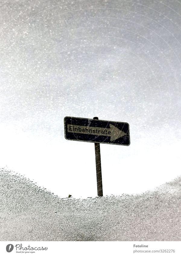 Einbahnstraße Urelemente Wasser Stein Beton Zeichen Schriftzeichen Schilder & Markierungen Hinweisschild Warnschild Verkehrszeichen Flüssigkeit hell grau weiß