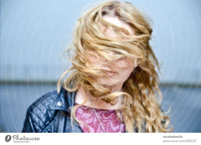 MP70 - Sturmfrisur schön Haare & Frisuren Freizeit & Hobby Spielen Mädchen 1 Mensch 13-18 Jahre Kind Jugendliche blond langhaarig Locken Bewegung drehen