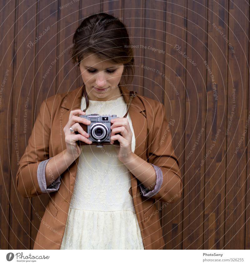 More than Work. It's Love. Mensch Jugendliche alt Junge Frau Gesicht feminin Haare & Frisuren Holz braun retro Frauenbrust Fotokamera