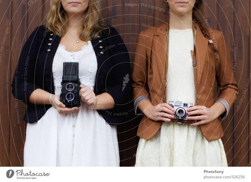 Zwei wie eins. Mensch Jugendliche Junge Frau schwarz feminin braun Zusammensein authentisch retro einzigartig Fotokamera trendy