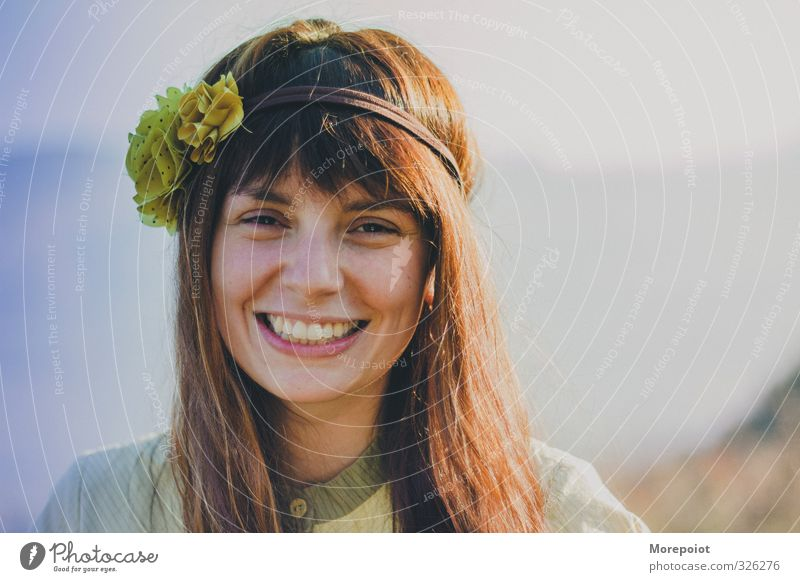 Mensch Frau Jugendliche blau schön Junge Frau Freude Erwachsene gelb 18-30 Jahre feminin Gefühle Haare & Frisuren Glück Kopf hell