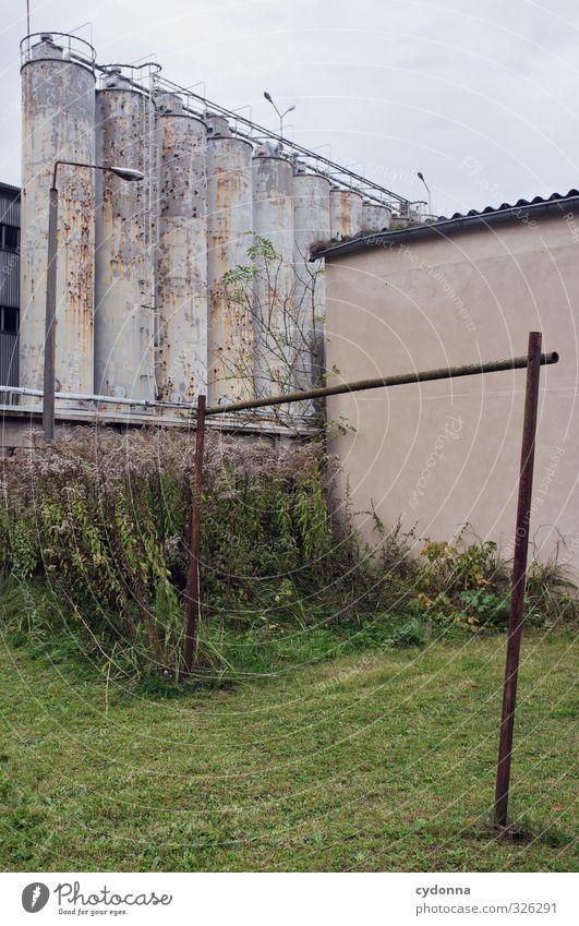 Nüscht los hier Herbst Wiese Industrieanlage Fabrik Architektur Mauer Wand ästhetisch Einsamkeit Endzeitstimmung Krise Misserfolg Nostalgie Pause ruhig