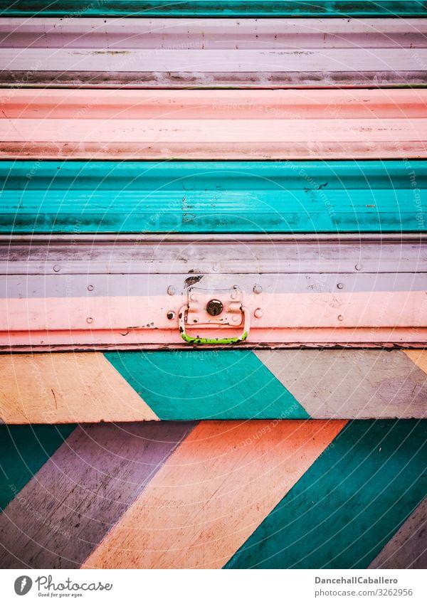 buntes Design auf Wand mit Rolltor Haus Industrieanlage Mauer Fassade Rollladen eckig trendy modern retro trashig Wärme weich mehrfarbig violett orange türkis