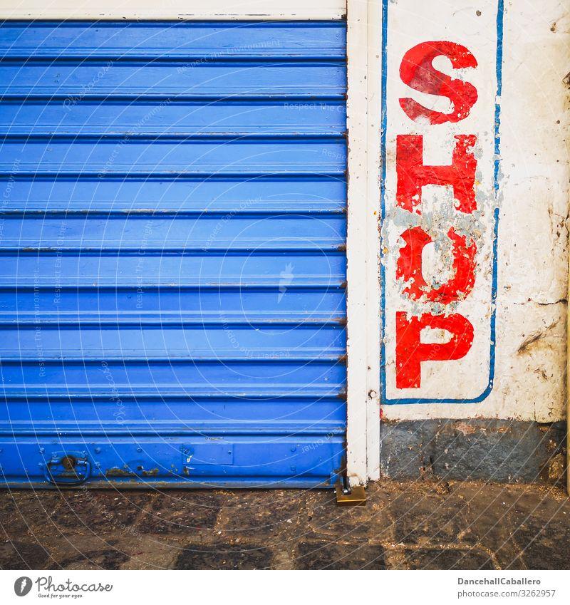 Shop... Stadt Stadtzentrum Fußgängerzone Menschenleer Tor Gebäude Ladengeschäft Handel Mauer Wand Tür Business kaufen Gewerbe Wirtschaft geschlossen alt