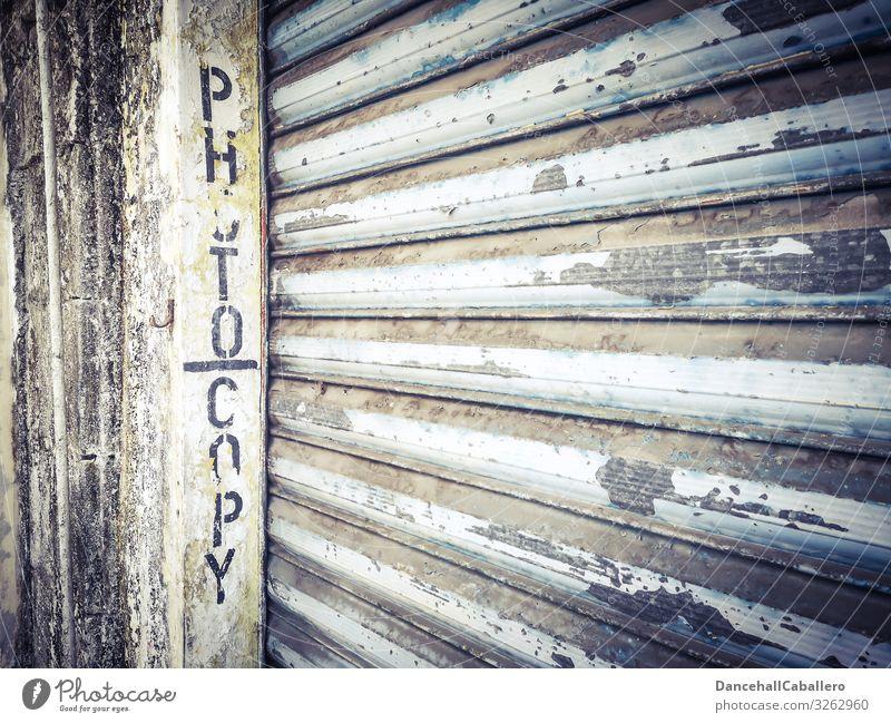 geschriebenes Wort Fotokopie auf einem Garagentor Rollladen Kopie Fotokopierer Stadt Stadtzentrum kaputt Dienstleistungsgewerbe Verfall Mauer Wand Fassade alt