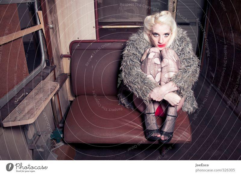 #326305 Mensch Frau Ferien & Urlaub & Reisen schön Einsamkeit Erwachsene Traurigkeit Stil Mode träumen Freizeit & Hobby Kraft wild sitzen warten Abenteuer