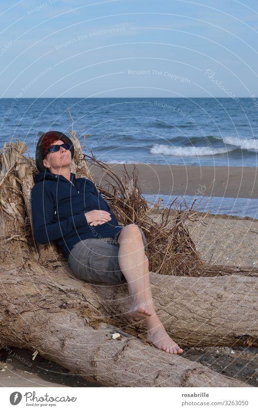 Gedanken | verloren Wohlgefühl Zufriedenheit Erholung ruhig Spa Freizeit & Hobby Ferien & Urlaub & Reisen Sonnenbad Strand Meer Frau Erwachsene 1 Mensch