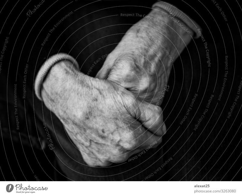 Vordergrund der Hände der alten Frau Haut Mensch Erwachsene Großvater Großmutter Arme Hand Einsamkeit Lebensalter Altenpflege Antike Arthritis Caducity