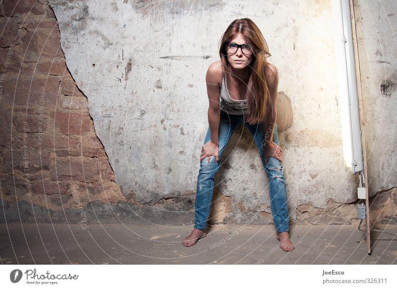 #326311 Lifestyle Raum Keller Dachboden Nachtleben Entertainment ausgehen Frau Erwachsene Leben Mensch Mauer Wand Mode Jeanshose Brille beobachten Blick frech