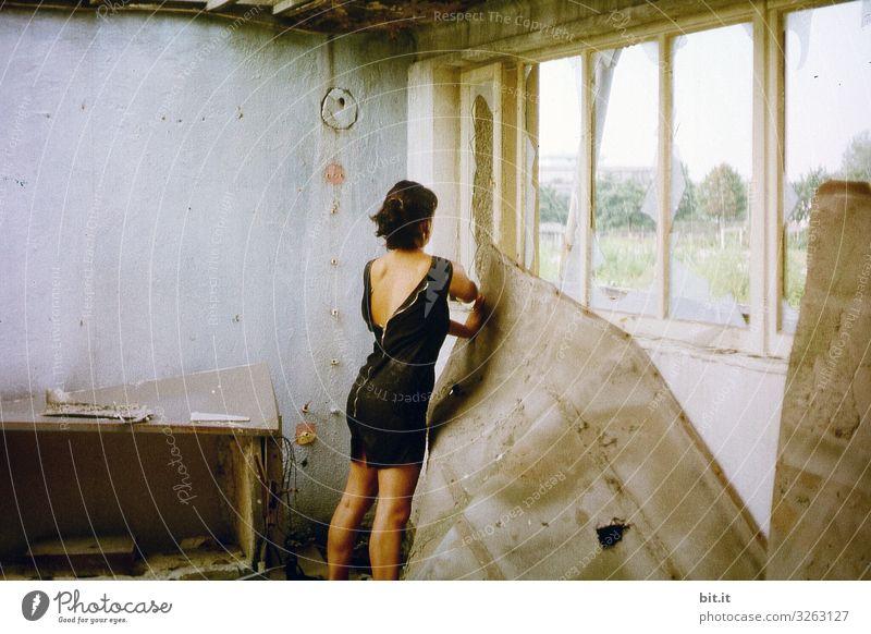 Rumpelkammer ll Frau Mensch alt Haus Erwachsene Wand feminin Kunst Mauer außergewöhnlich Mode Fassade dreckig Kultur kaputt Kleid