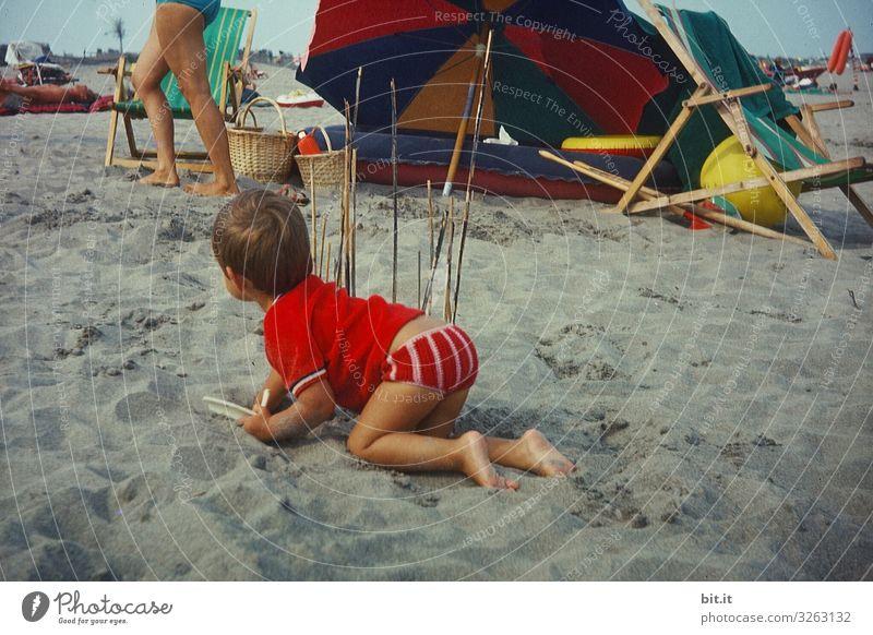 Auf der Lauer. Spielen Ferien & Urlaub & Reisen Tourismus Ausflug Camping Sommer Sommerurlaub Strand Meer Mensch feminin Kind Kleinkind Mädchen Kindheit Umwelt