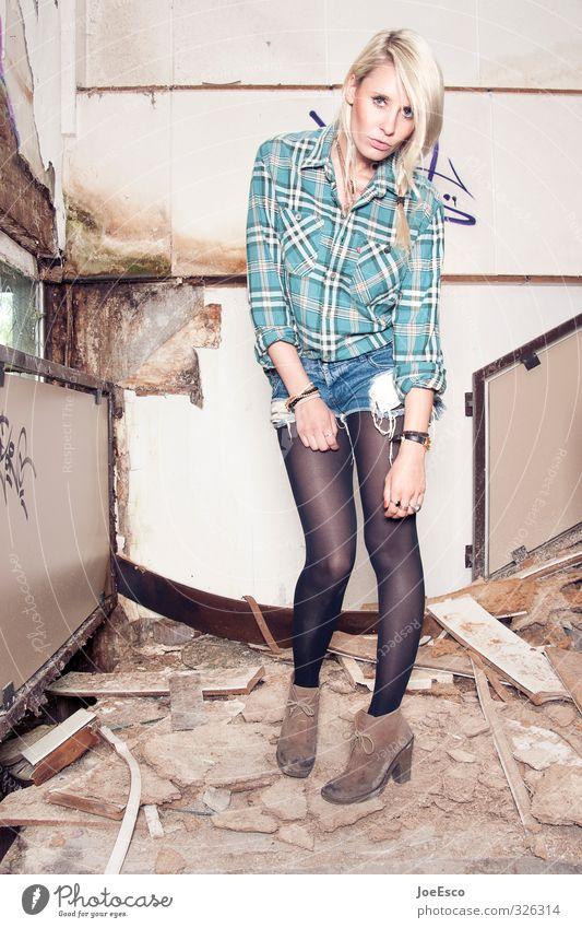 326314 Stil Abenteuer Häusliches Leben Umzug (Wohnungswechsel) Feste & Feiern Studium Frau Erwachsene Mauer Wand Treppe Mode Hemd Accessoire blond beobachten