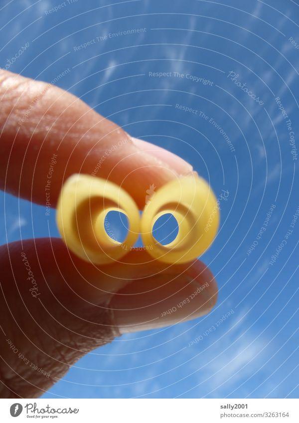 Durchblick... Ernährung Nudeln Auge Finger Himmel Fernglas beobachten festhalten außergewöhnlich lustig rund Kreativität fokussieren Aussicht Röhren Loch