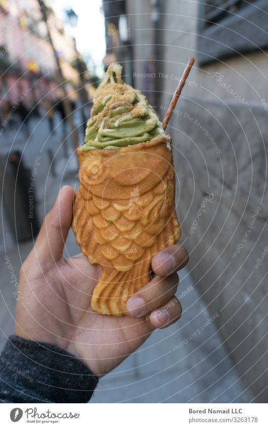 Taiyaki Fischform Grüner Tee Eiscreme Dessert Speiseeis Hand Straße frisch lecker braun gold Eiswaffel taiyaki essen Karamellsauce schließen Hintergrund