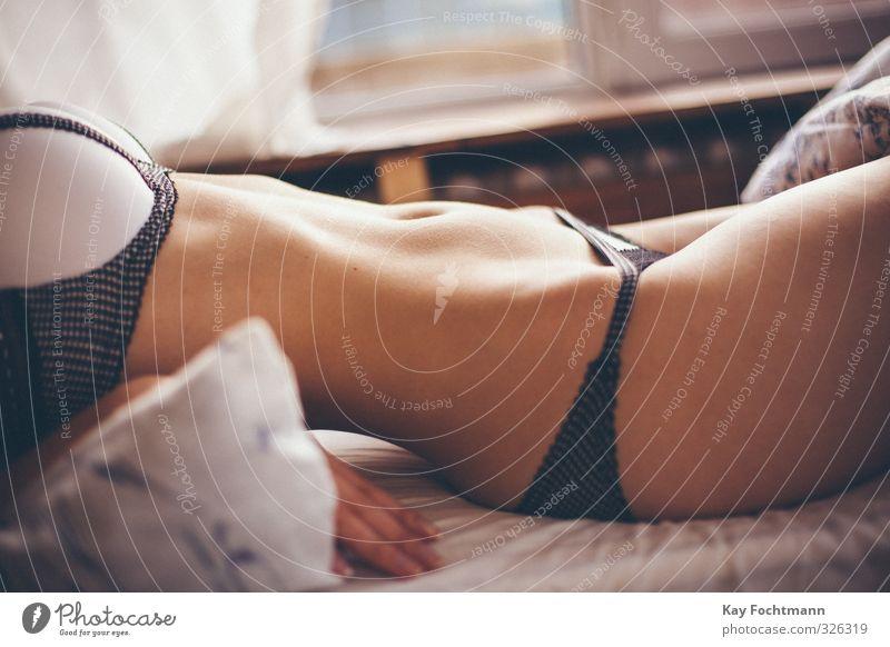 ° schön Körper Haut Bett Schlafzimmer feminin Frau Erwachsene Leben 1 Mensch 18-30 Jahre Jugendliche Unterwäsche Bewegung Erholung genießen liegen ästhetisch