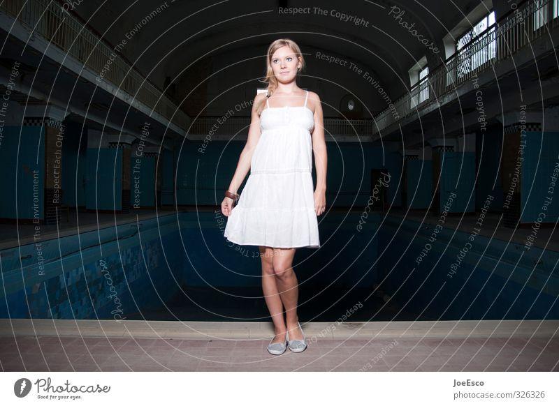 #326326 Stil Freizeit & Hobby Abenteuer Nachtleben Frau Erwachsene Leben 1 Mensch 18-30 Jahre Jugendliche Gebäude Mode Kleid blond beobachten Erholung stehen