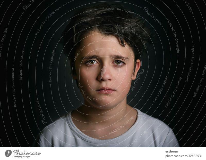 Porträt eines traurigen Kindes auf schwarzem Hintergrund Mensch Junge Kindheit 1 8-13 Jahre Denken Traurigkeit weinen trist Gefühle Hoffnung Schmerz Einsamkeit