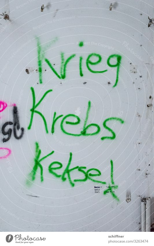 Geschriebenes l Alliteration Mauer Wand Fassade grün Graffiti Krieg Krebs Keks Schmiererei gesprüht Redewendung negativ positiv Aussage aussagekräftig