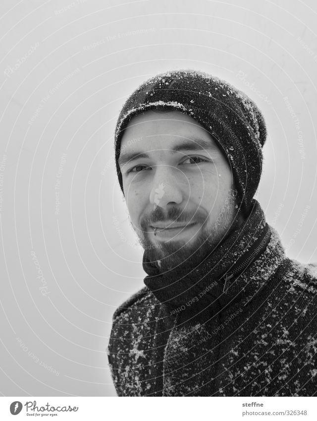 Cold out there maskulin 1 Mensch kalt Schnee Winter Winterspaziergang Bart Mütze Piercing Schwarzweißfoto