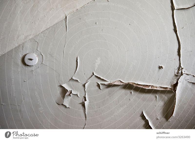 Der Letzte macht das Licht aus Mauer Wand alt kaputt Lichtschalter Treppenhaus lost places trist abblättern Putzfassade grau Wohnung Wohnungssuche