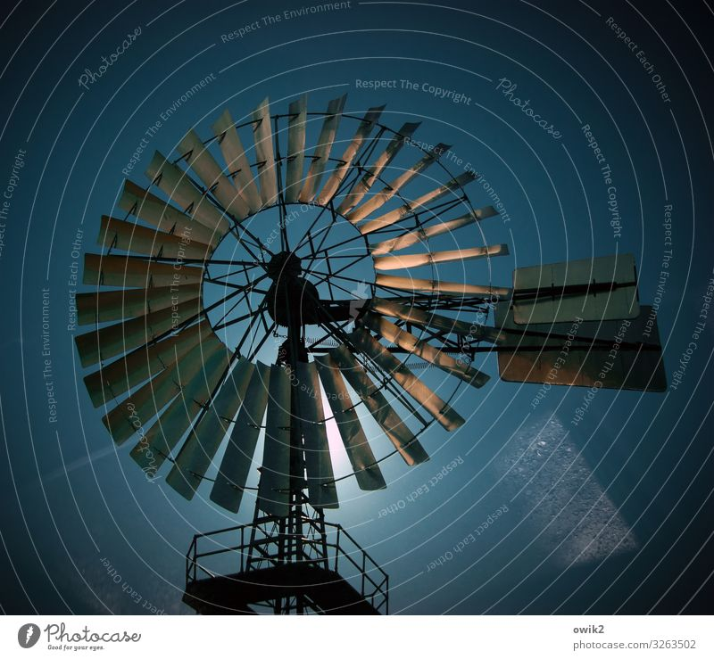 Drehwurm Technik & Technologie Energiewirtschaft Windkraftanlage Windrad Wolkenloser Himmel Sonne Schönes Wetter Metall Bewegung drehen leuchten alt