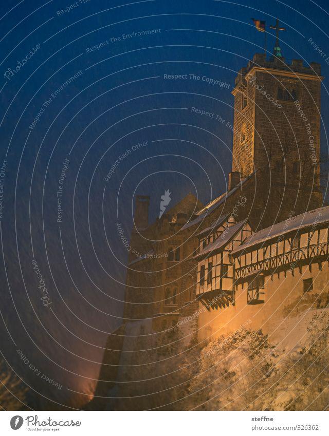 Schneegestöber Winter kalt Schneefall Turm Burg oder Schloss Fachwerkfassade Wartburg