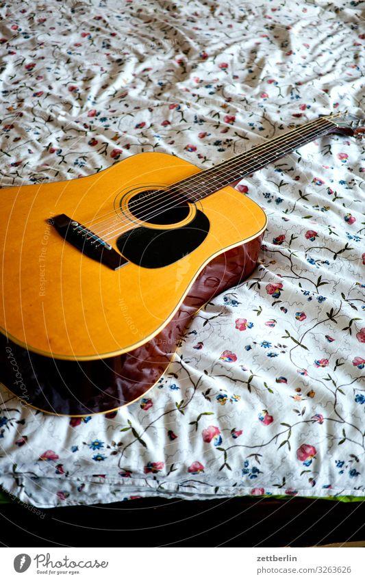 Gitarre aufm Bett Musikinstrument Lied liegen Bettwäsche Muster Blume Romantik Menschenleer Textfreiraum