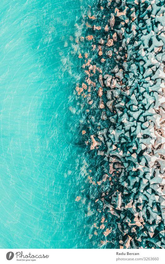 Luftaufnahme des Betonpfeilers auf dem Wasser auf See Umwelt Natur Landschaft Sommer Schönes Wetter Wärme Felsen Wellen Küste Strand Bucht Meer Stein