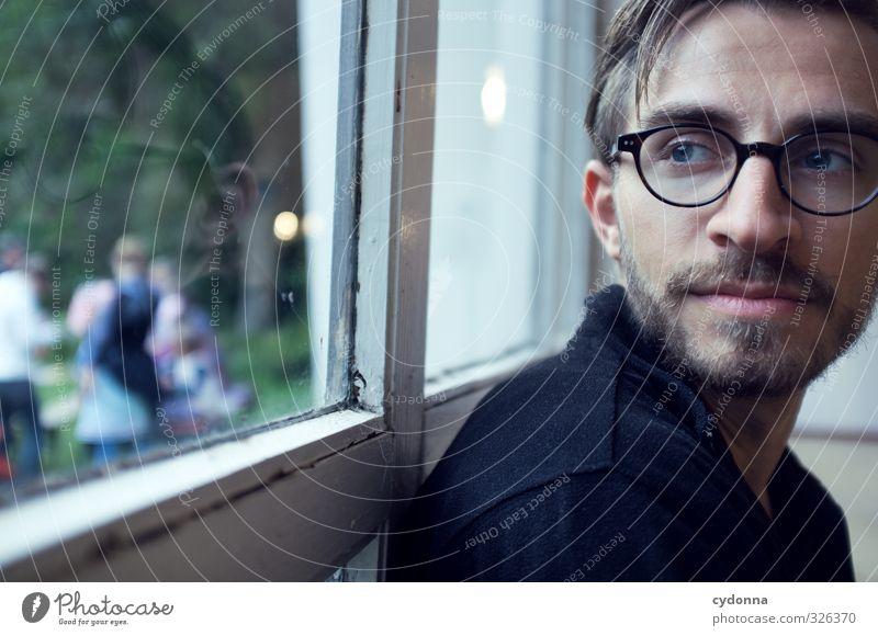 Distanz Lifestyle harmonisch Erholung ruhig Häusliches Leben Mensch Junger Mann Jugendliche Gesicht 18-30 Jahre Erwachsene Fenster Brille Dreitagebart