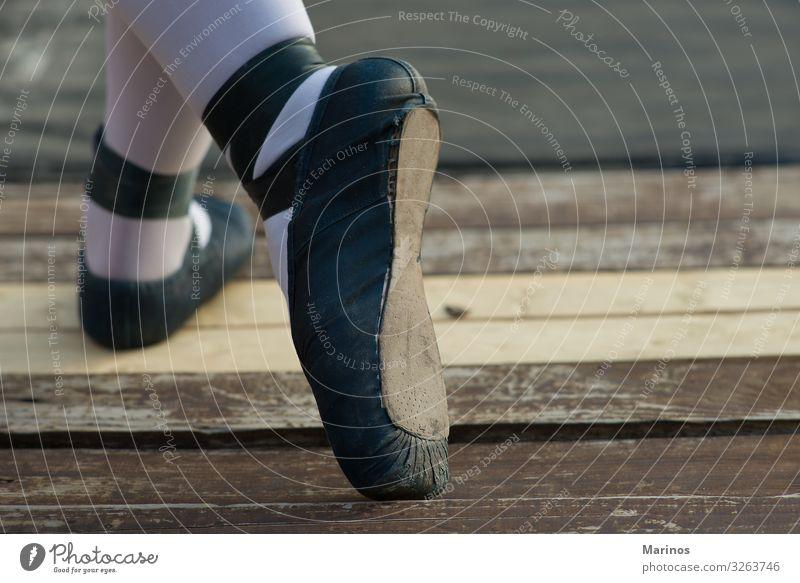 Ballerina's Beine mit blauen Schuhen. 1 Mensch Tanzen Tänzer berühren niedlich bedrohlich Holz Leistung Frau Schatten Anmut Farbfoto Detailaufnahme
