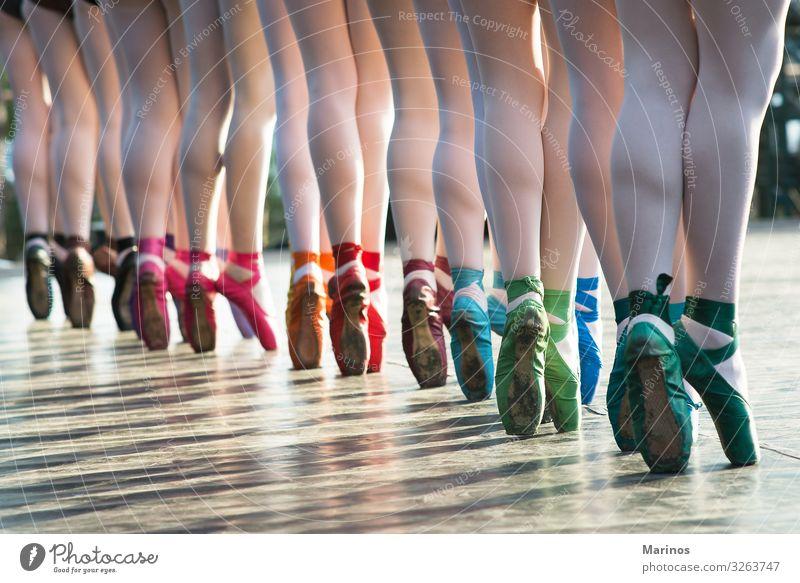 Ballerinas Füße tanzen auf Ballettschuhen mit verschiedenen Farben. elegant Tanzen Frau Erwachsene Beine Kunst Tänzer Balletttänzer Schuhe Bewegung Energie