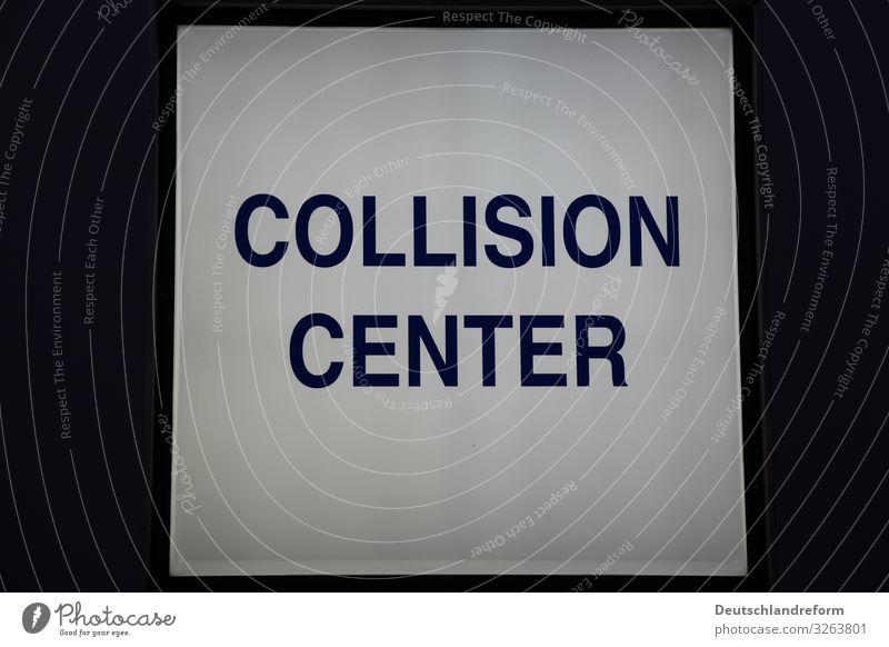 Beleuchtetes, quadratisches Schild mit der Aufschrift Collision Center. Dunkler Abendhimmel als Hintergrund. Autowerkstatt Personenverkehr Autofahren