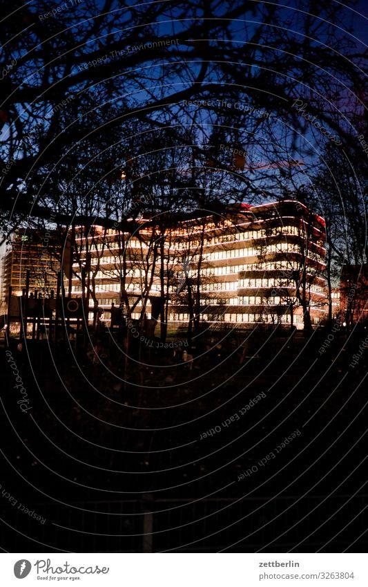 EUREF-Campus bei Nacht Abend Fassade Fenster Haus Himmel Himmel (Jenseits) Stadtzentrum Licht Beleuchtung Etage Lichtspiel Menschenleer Textfreiraum Büro