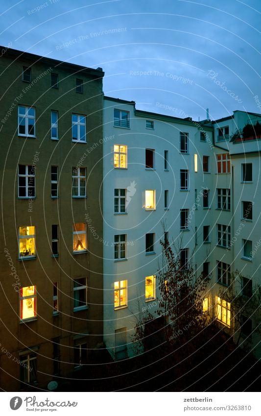 Zehn erleuchtete Fenster Abend Altbau dunkel Dämmerung Fassade Haus Himmel Himmel (Jenseits) hinten Hinterhof Hof Innenhof Stadtzentrum Mauer Mehrfamilienhaus