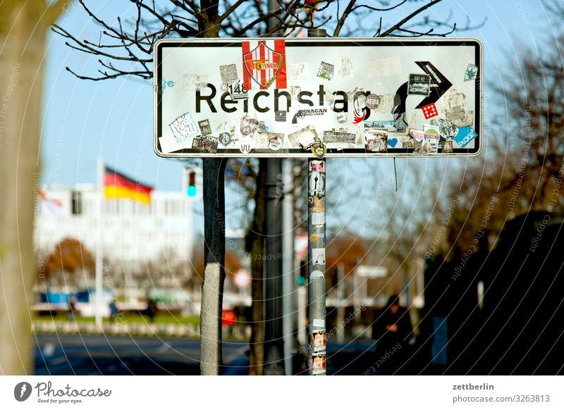 Zum Reichstag bitte nach rechts Architektur Berlin Deutscher Bundestag Deutschland Hauptstadt Bundeskanzler Amt Parlament Regierung Regierungssitz