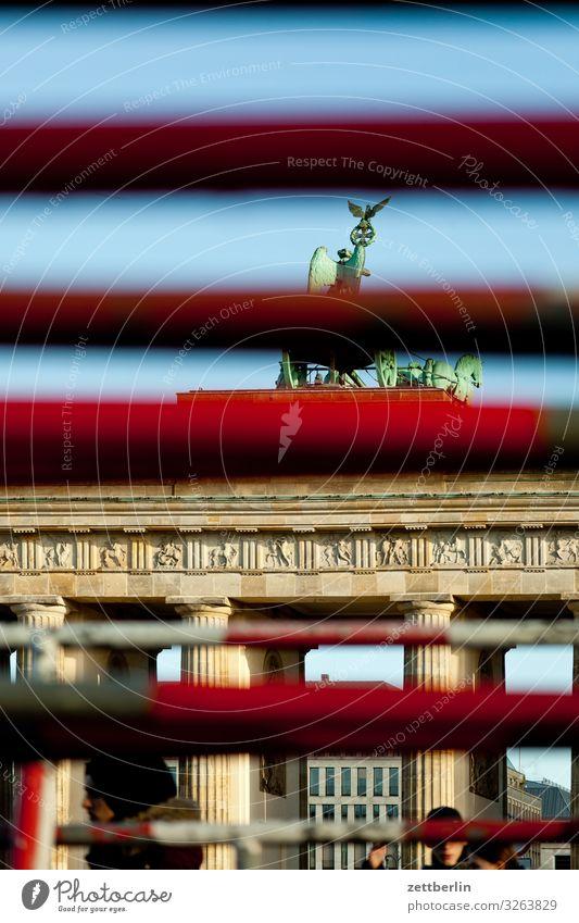 Brandenburger Tor (verdeckt) Berlin Großstadt Hauptstadt Stadtzentrum Portal Tourismus Wahrzeichen Pariser Platz Zaun Balken Stab verstecken Tarnung