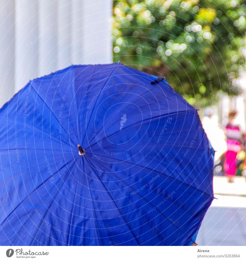 bei Sonnenschein Schönes Wetter Sonnenschirm Schirm ästhetisch kalt positiv rund trocken Wärme blau Warmherzigkeit Hilfsbereitschaft Klima Schutz nützlich