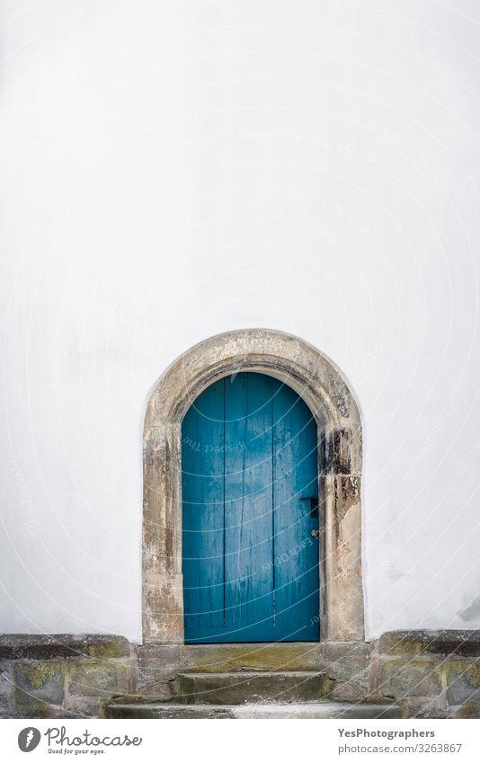 Gebogene Holztür. Alte blaue Tür und eine weiße Wand. Nur eine Tür Gebäude Architektur Mauer Fassade alt retro Tradition Deutschland antik Antiquität