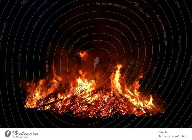Osterfeuer dunkel Brand Freizeit & Hobby brennen Flamme Ritual Osterfeuer