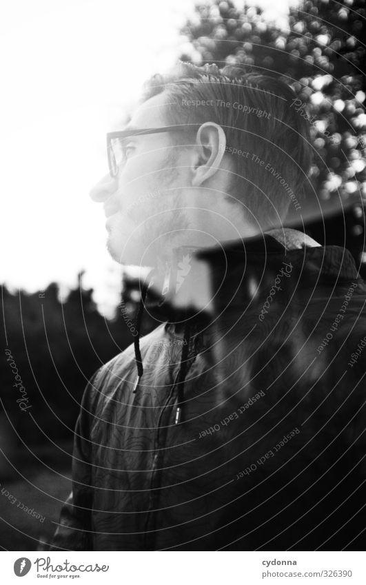 Erinnerungsfetzen Abenteuer Mensch Junger Mann Jugendliche Leben 18-30 Jahre Erwachsene Umwelt Natur Wald Haus Brille entdecken erleben Erwartung bedrohlich
