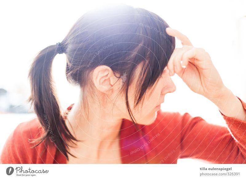 Ingnore feminin Junge Frau Jugendliche Erwachsene 1 Mensch 18-30 Jahre 30-45 Jahre schwarzhaarig brünett langhaarig Zopf hell rot Scham Reue Hemmung Stress