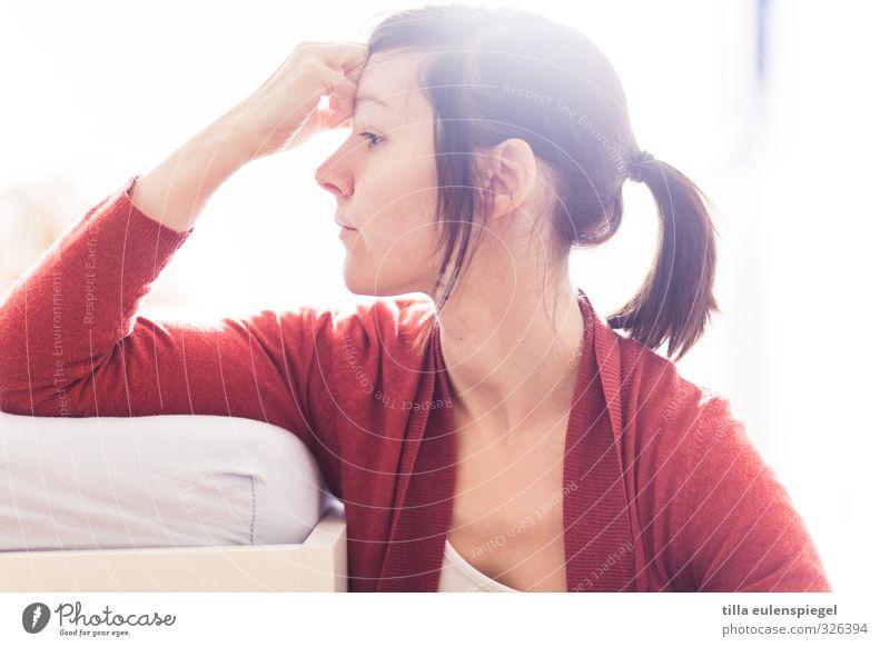 kopflastig feminin Junge Frau Jugendliche Erwachsene 1 Mensch 18-30 Jahre 30-45 Jahre Denken Traurigkeit hell Langeweile Sorge Schmerz Enttäuschung Einsamkeit